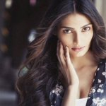 Athiya Shetty – Shah Rukh Khan Is My Favourite http://t.co/5afMFZfknb http://t.co/Hr8wQgARPF