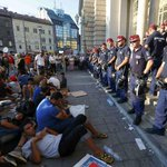 I profughi verso la Germania, è caos: Budapest blocca i treni Immagini Video http://t.co/pqUIarOowC http://t.co/dKHLrcc11u