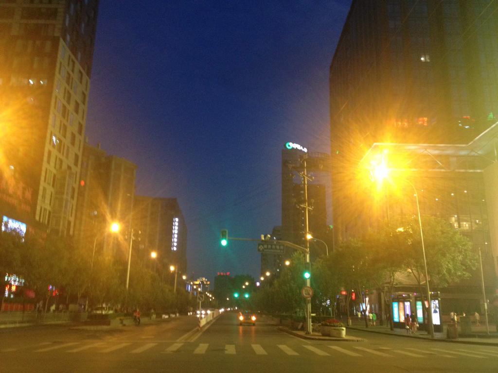 北京明日のパレードのために、戦時体制のような戒厳令が発されてる。僕の住まい近くも今日の午後4時からコンビニ以外の店すべてしまい、何時も渋滞の道路も車がない。晩御飯をコンビニで買おうとしたら食糧はほぼ完売状態。。 http://t.co/fW2xeUwpWx