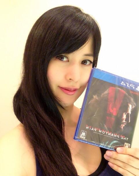 ついにこの手にMGSVが!おめでとうございます!「待っていた…MGSVを!」  Finally getting my hands on #MGSV !  This is the moment that I was waiting!!! http://t.co/neYZxr00mm