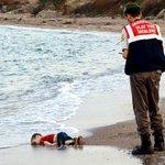 Het falen van de wereld in een foto: verdronken Syrisch jongetje aangespoeld op strand in Turkije http://t.co/XEq1ziW88k