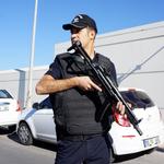 Nieuw dieptepunt in repressiepolitiek Erdoğan: politie-invallen bij Koza İpek Holding http://t.co/kdPUiLuqfu #Turkije http://t.co/IxUXVdrS6f