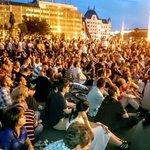 """jetzt in Budapest """"Not in my name!"""" Demonstration gg die Flüchtlingspolitik d Regierung in #Ungarn Foto @hellistvan http://t.co/RBhzLamTvN"""