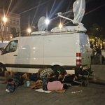 #Flüchtlinge in #Budapest suchen Schutz auch unter und um den #ARD Übertragungswagen. Ich hab keine Worte mehr. http://t.co/Fs7YniE3Bz