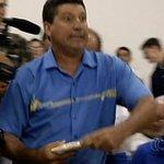 VÍDEO: homem se revolta em sessão e atira pizza contra vereador em Goiás http://t.co/gIh4AmEXZI http://t.co/B0W7bnT8KM