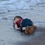 """ هرب من الموت .. فـ مات "" هنا مآساة طفل سوري غريق على شواطيء تركيا . #سوريا http://t.co/WA45PwcURo"