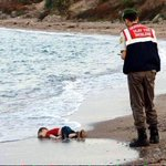 مثل الدرّة وأوجع ، ستبقى صورة الطفل الغريق في قلوب النشء وعقولهم يا رب .. وأنت تدري مالنا لا حول ولا قوة. #سوريا http://t.co/1obZFFAK9R