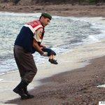 이 한 장의 사진이 유럽 난민 위기의 끔찍한 현재를 보여준다. 그저, 보라 http://t.co/Eojb4meynW #유럽난민 #난민 http://t.co/cy5VljwAnq