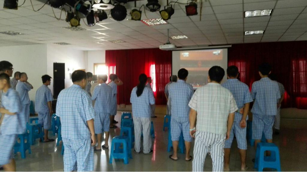 某精神卫生中心的病人起立观看阅兵 http://t.co/5c9x8tDrLc