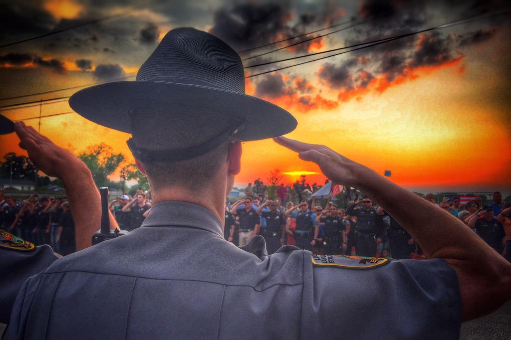 Hundreds of police officers salute the family of slain officer Lt. Joe Gliniewicz #ThinBlueLine #FoxLake http://t.co/xLI7V3B8vR