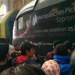 """Budapester Bahnhof. Ein Zug mit der Aufschrift """"Europa ohne Grenzen seit 25 Jahren"""".Was für ein Bild @politicalbeauty http://t.co/jgifshG5ls"""