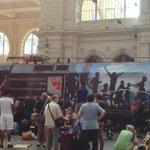 Welche Ironie... Lok des Zugs nach Sopron, in den sich Hunderte von Flüchtlingen gequetscht haben. #Keleti http://t.co/ikf50qd2Vm