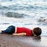 """طفل سوريا الغريق اسمه """"إيلان كردي"""" وشقيقه مات معه http://t.co/ERt3VNESzp #سوريا #تركيا http://t.co/yl6OhWplka"""