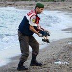 La photo qui rend la presse européenne unanime face à la crise migratoire http://t.co/fIIJ3AcPL2 http://t.co/7rrvuKOgfi