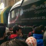 """""""Europa ohne Grenzen seit 25 Jahren"""" steht auf dem Zug, den Flüchtlinge gerade im Budapester Bahnhof gestürmt haben. http://t.co/MxMOoqYoC3"""