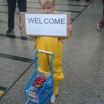 Wenn ein kleines Kind mit seinen Willkommensgeschenken für Kriegsflüchtlinge viele Erwachsene beschämt... http://t.co/2Y1ZUA2itV