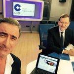 Rajoy y Herrera sonríen a la cámara mientras los pies de un niño muerto se asoman por la pantalla. Metáfora de todo. http://t.co/T4uUOI9S35