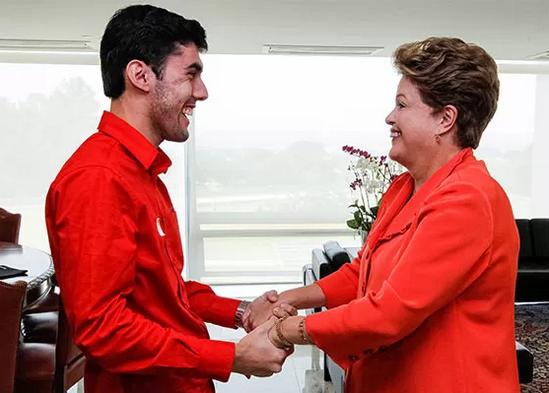 @RevistaEpoca afirma que publicitário recebe R$ 20 mil mensais do PT p/ fazer Dilma Bolada | http://t.co/lH62x1BNHj http://t.co/XljTwnn3Ix