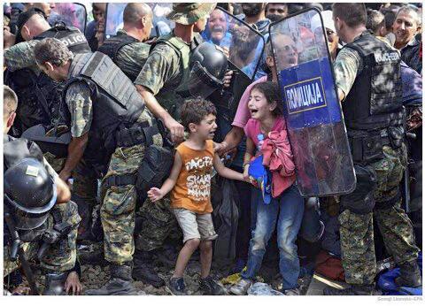 Wat een foto. Syrische vluchtelingen aan de grens met Macedonië. http://t.co/1oC7JuTSC5