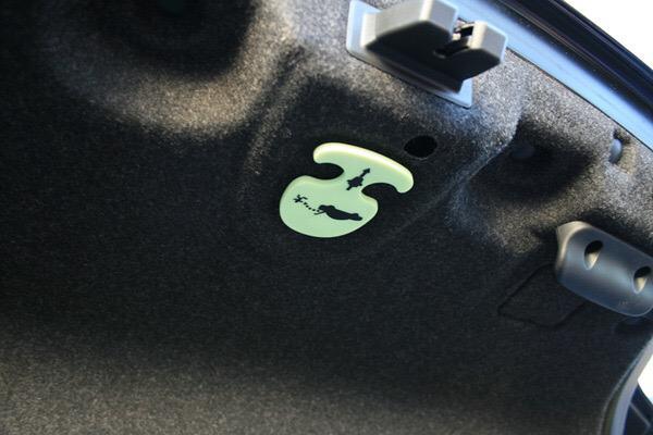맥심 표지 논란 나옴김에 트렁크 탈출방법. 2002년 이후 나온 자동차들은 제조사 관계없이 이런 레버가 존재. 사진처럼 야광인것도 있고 케이블처럼 생긴것도 있습니다. 잡아당기면 안에서도 트렁크를 열 수 있습니다 http://t.co/aNDklVoY3B