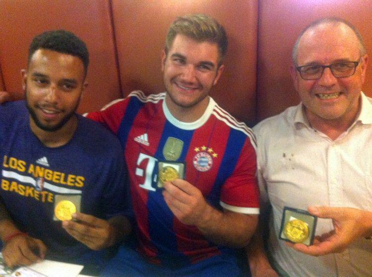 @Bea_Ercolini Faites gaffe au marins bronzés dans le Thalys... Ils peuvent déjouer des attentats dans les trains... http://t.co/CShOreHO12