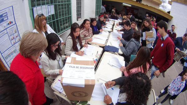 Otro ejemplo gráfico. 23 FISCALES en una mesa. #Tucuman #LeyDeAcoples http://t.co/ZSd9y6vEnx