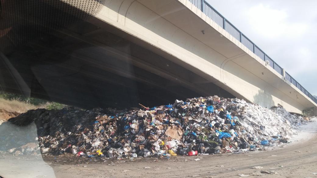 Peek-a-boo! #garbage #youstink #lebanon #طلعت_ريحتكم http://t.co/CkHYoGQc3t