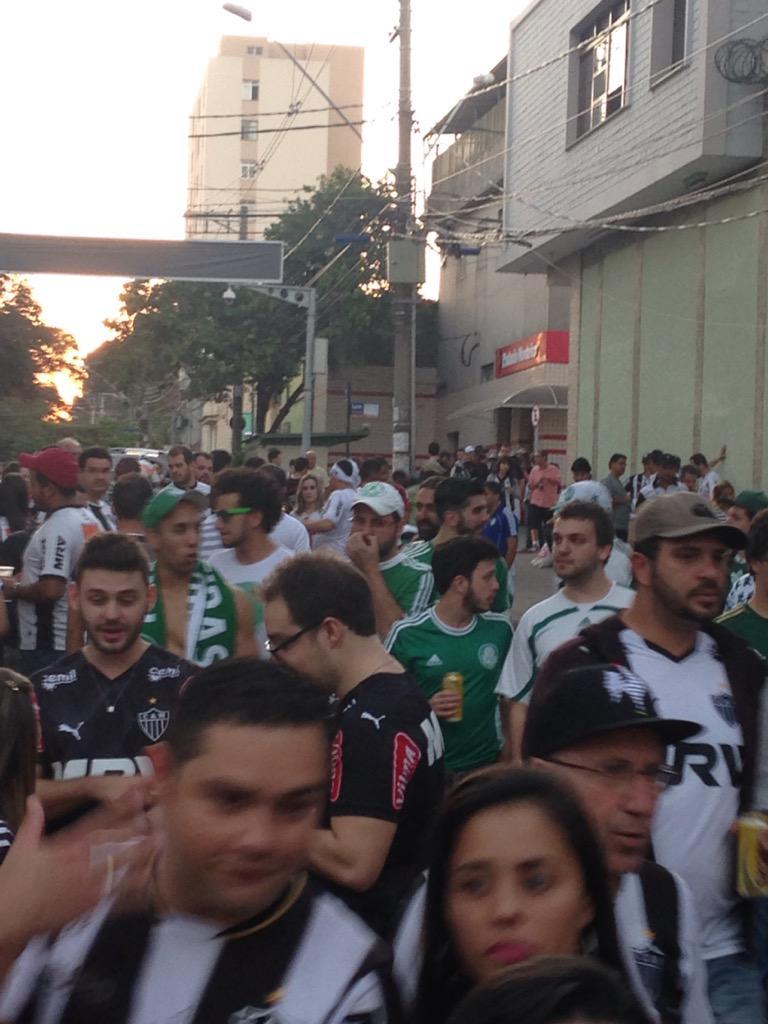 Torcidas de Galo e Palmeiras lado a lado no entorno do Horto. Podia ser sempre assim. http://t.co/2D4M7eRN0E