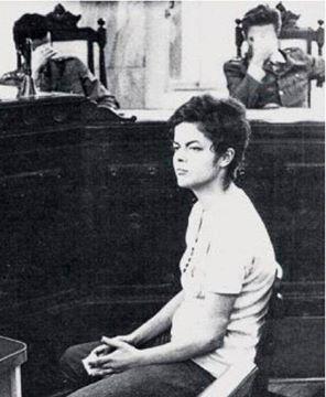 La joven sentada sin miedo frente a un tribunal compuesto por militares q ocultan sus rostros, es Dilma Fuerza #Dilma http://t.co/HZJ5Jplq3p