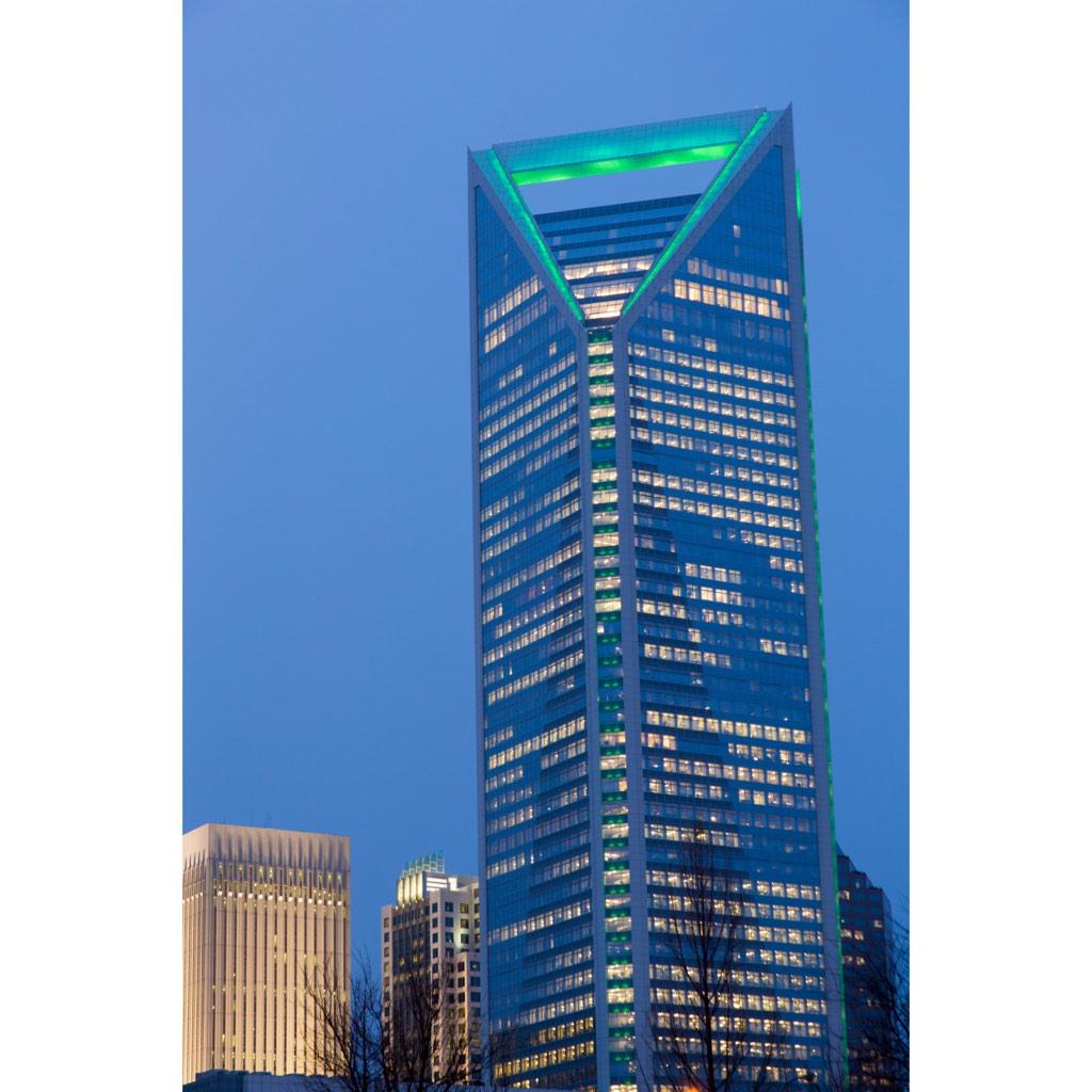 The #CLT skyline is #UNCC green at @WFLightsCLT & The Vue to celebrate 28,000 students arriving for Fall semester! http://t.co/9CoSjpZNzq