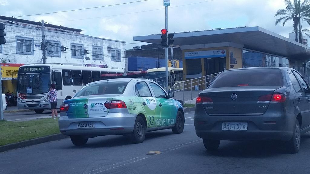 Não era apenas para ônibus e taxi com passageiros? Olha o mal exemplo da @CTTU_Recife @FlagrasTransito @jctransito http://t.co/9gTD6K57W6