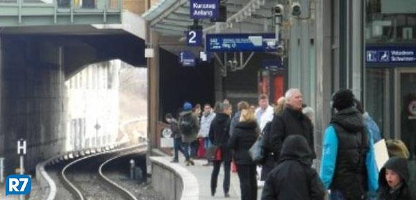 Neonazistas urinam em crianças imigrantes dentro de trem na capital da Alemanha http://t.co/85cpEwC1SK http://t.co/w98UBPDFqq