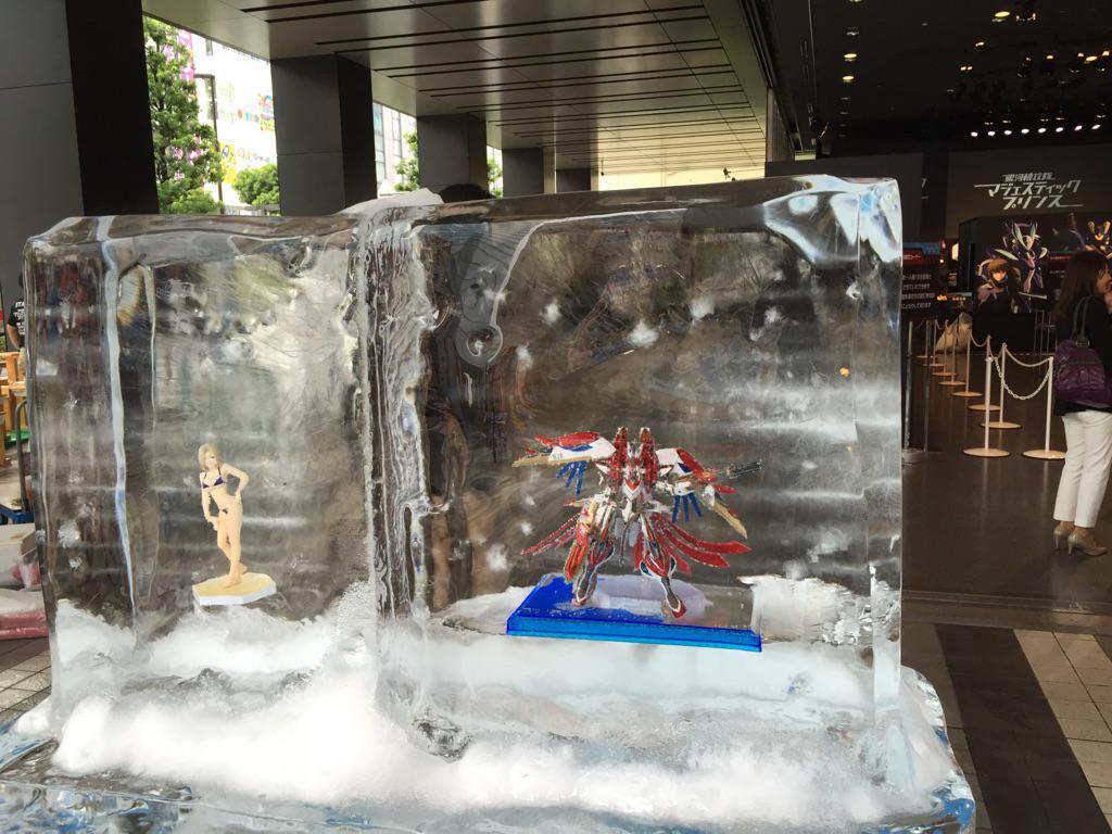 夏らしく、氷の中にたたずむRED5とスズカゼ教官。会場ではこの他にも、氷に彩られたオブジェがたくさんあります! #MJP