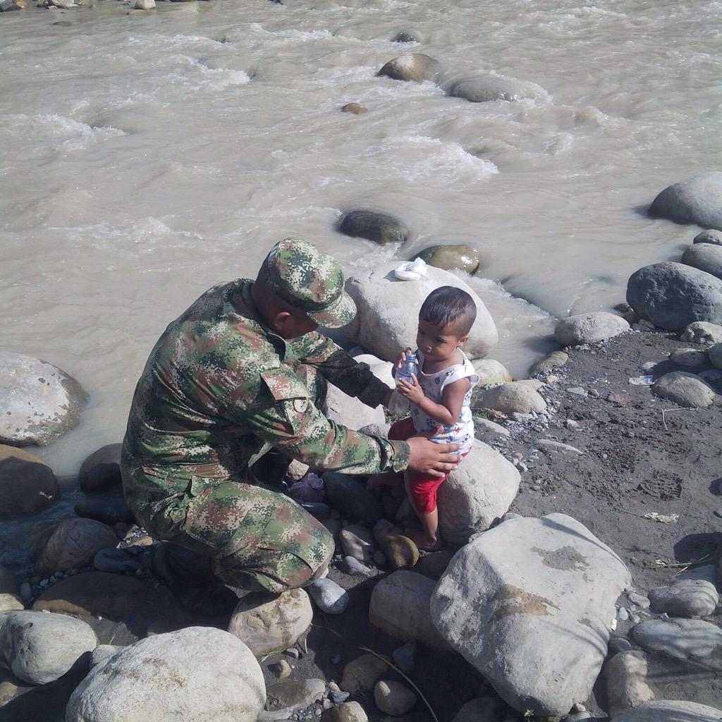 El soldado Omar Ferrer oriundo de #NortedeSantander salvo la vida de este niño que era arrastrado por el río Tachira http://t.co/s6IjQA0DGO