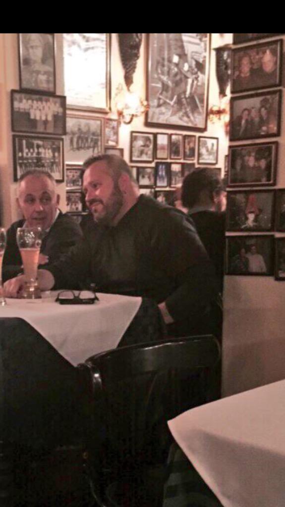 Mientras Sebastian Dávalos almuerza en #LilyMarlene rodeado de fotos de Pinochet, foto se viraliza en Twitter http://t.co/QT2sm9GrBS