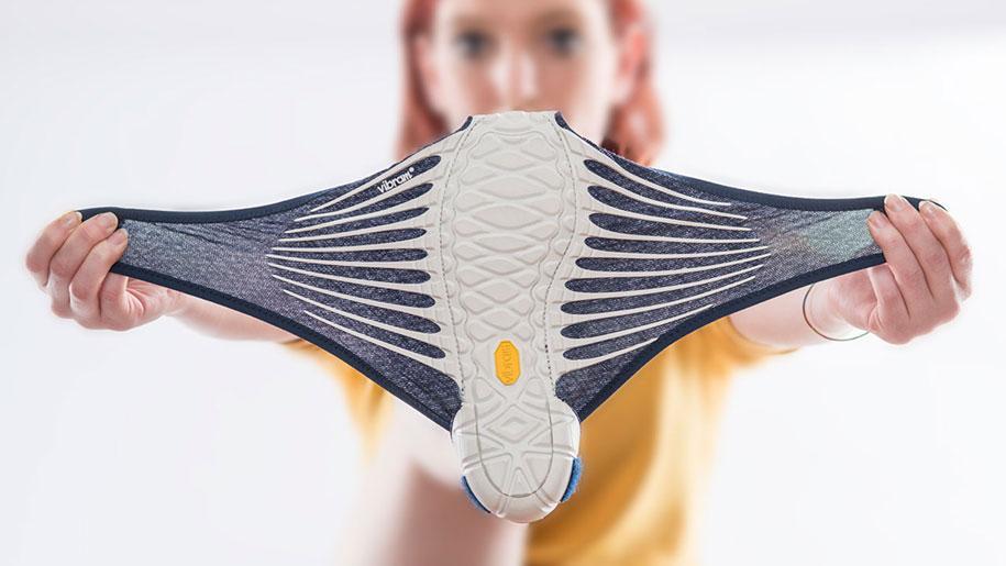 เหยดด Vibram ออกรองเท้ารุ่นใหม่ ใช้หลักการผ้าห่อของของญี่ปุ่น http://t.co/3pdeIKiTYg http://t.co/XwiemGFEKF