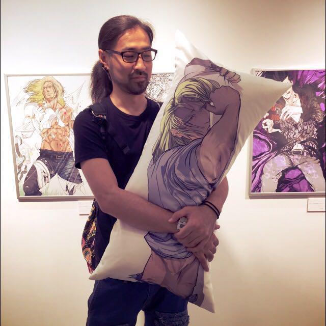 抱き枕ムチムチで気持ち良いですよ…(゚∀゚) でもなんだろう、このイーノックの表情がなんか悪い事した気分になりやすねw http://t.co/OoinYbkt3K