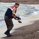 Fiquei petrificada, diz fotógrafa que fez imagem de menino sírio morto na praia http://t.co/p4Vl09crra #G1 http://t.co/4wrOE80xmc