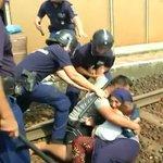 Ungarn: Flüchtlinge aus Zug in Lager gebracht | In Ungarn hat die Polizei einen Zug mit Flü... http://t.co/0hoj7uoa2D http://t.co/16uLDKOkJq