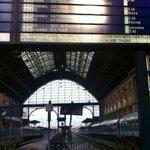 Gleise sind leer, internationale Züge fahren noch immer nicht, tausende Refugees harren vor dem Bahnhof aus #Keleti http://t.co/eBj8ff7T4i