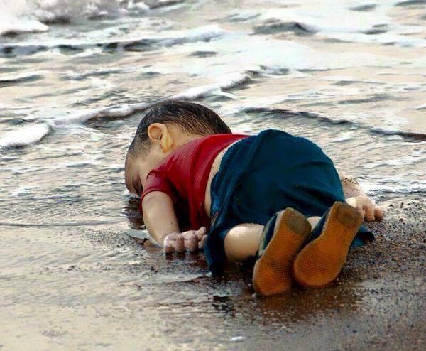 #InfanciasRobadas La imagen dl niño sirio ahogado hoy en la playa d Turquía es símbolo dl fracaso d la raza humana http://t.co/I7WjoO9v4S