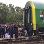 Beim Zug in #Bicske, von #Polizei abgeriegelt http://t.co/phadhE0fKO