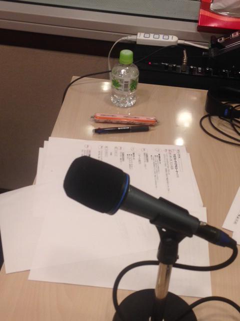 最近、衝撃を受けたこと。 ラジオの収録現場で、えみつんこと新田恵海さんがピンクの可愛い筆入れを使ってる・・・と思って、よく見たら魚肉ソーセージだったこと。 http://t.co/vvtDG3jELH