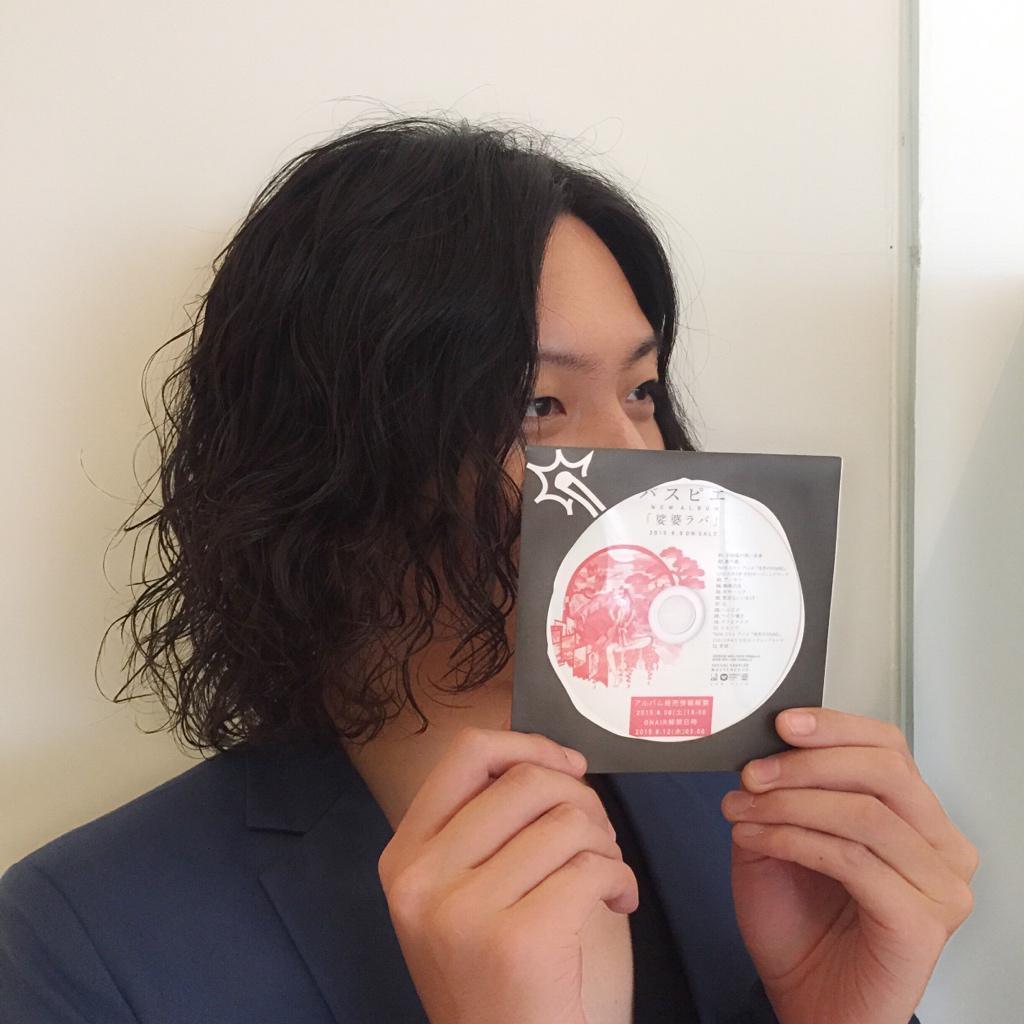 今日はパスピエの三澤くん  が来店。パーマかけてウォービーなミディアムです。ニューアルバム「娑婆ラバ」サンプル盤と一緒に
