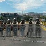 Al fondo, detrás de los alambres de púas y la Guardia, el bus que trae a la frontera compatriotas deportados http://t.co/WegAXMgxRl
