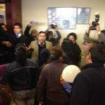 Comunidad de Molina indignada ingresó al tribunal golpeando puertas tras mujer acusada. Interviene Carab. #Curicó. http://t.co/Qw6puRgB2c