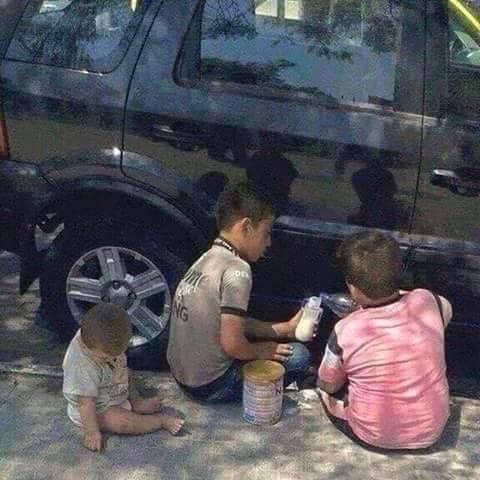 الصورة التي ابكت الملايين.. طفلان سوريان يعدان الطعام لشقيقهم الرضيع بعد أن بعد أن فقدوا الأب والأم في قصف بسوريا http://t.co/UHcqFR8Iju