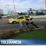 Se registra una pelea entre dos conductores. Se desconocen las causas. Video es viral en redes http://t.co/AVWZqwR3m5