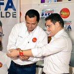 """""""Le entregamos este símbolo del @MovimientoMAIS porque creemos que será el mejor Alcalde del país"""" @Rodolfoadan http://t.co/FxjQME7jY0"""