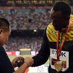 Il cameraman si scusa con Bolt. E sul podio gli regala un braccialetto http://t.co/TJV5kaR3hX http://t.co/qK9vtwRu7K